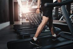 Escada rolante da máquina de passeio dos povos no clube do gym da aptidão Foto de Stock Royalty Free