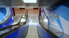 A escada rolante do metro novo 5 de Lilla da estação de metro, para o torri de Tre em Milão filme
