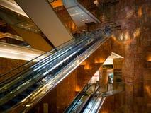 Escada rolante dourada dentro da torre do trunfo Fotos de Stock