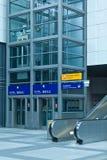 Escada rolante e elevador modernos na estação Imagens de Stock