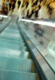Escada rolante e movimento obscuro da multidão Fotografia de Stock
