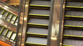 Escada rolante em um armazém em Banguecoque Tailândia video estoque