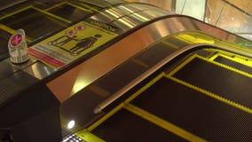 Escada rolante em um armazém em Banguecoque Tailândia filme