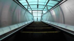 Escada rolante movente acima, mecanic, eclético Escadas e escadas rolantes em uma área pública 4K video estoque
