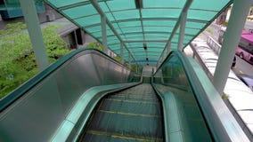 Escada rolante movente acima, mecanic, eclético Escadas e escadas rolantes em uma área pública 4K filme