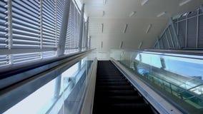 Escada rolante movente moderna futurista e minimalista em filme