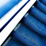 Escada rolante movente no salão do escritório Imagem de Stock Royalty Free