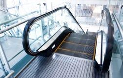 Escada rolante movente no salão do escritório Imagem de Stock