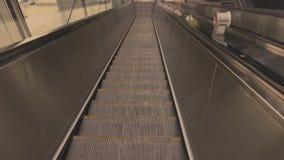 Escada rolante movente para baixo filme