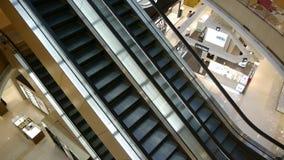 Escada rolante na alameda de compra filme