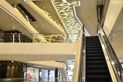 A escada rolante na galeria da alameda em Minsk central, Bielorrússia, em fevereiro de 2017 imagens de stock royalty free