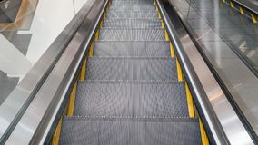 Escada rolante na loja fotografia de stock