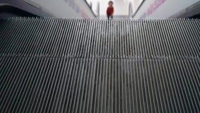 A escada rolante no aeroporto move Bebê no fundo vídeos de arquivo