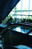 Escada rolante no centro de negócio Fotografia de Stock