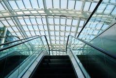 Escada rolante no escritório moderno Fotos de Stock Royalty Free