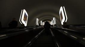 Escada rolante no metro video estoque