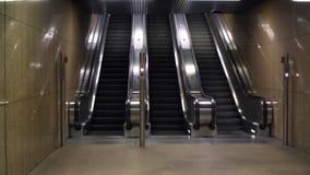 A escada rolante no metro vídeos de arquivo