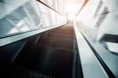 Escada rolante no movimento Fotos de Stock Royalty Free