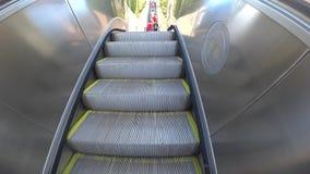 Escada rolante no movimento no ar livre vídeos de arquivo
