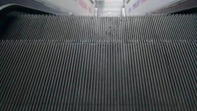Escada rolante no movimento que vai para baixo Escada rolante no aeroporto filme
