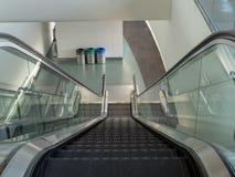 Escada rolante que vai para baixo em um terminal de aeroporto vazio Imagens de Stock