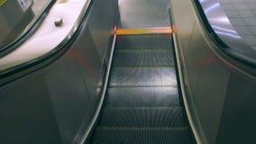 Escada rolante running na estação do leste da porta do metro de Taipei HD vídeos de arquivo