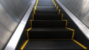 Escada rolante vazia em uma estação de metro video estoque