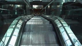 Escada rolante vazia movente video estoque