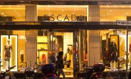 Escada shoppar i rektangel av guld, Milan Fotografering för Bildbyråer