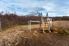 Escada sobre uma cerca ao longo de uma fuga fotos de stock