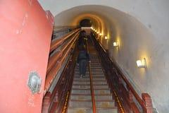 Escadaria íngreme que conduz ao nível superior da torre do cilindro Imagem de Stock