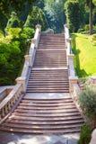 Escadaria alta direta bonita em uma propriedade luxuosa foto de stock royalty free