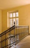 Escadaria amarela velha imagens de stock
