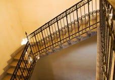 Escadaria amarela velha foto de stock royalty free