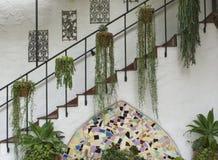 Escadaria antiga espanhola com decoração e folha Fotos de Stock