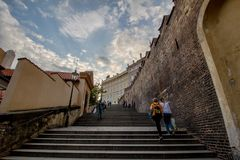 A escadaria ao castelo de Praga no verão em Praga, República Checa imagem de stock