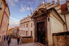 A escadaria ao castelo de Praga no verão em Praga, República Checa foto de stock