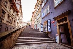 A escadaria ao castelo de Praga no verão em Praga, República Checa imagens de stock royalty free