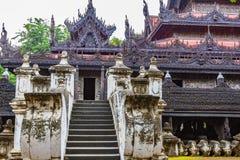 Escadaria ao templo da teca ou ao templo de Shwenandaw Kyaung em Manda fotografia de stock
