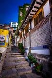 Escadaria bonita da aleia acima do monte em Samcheongdong fotos de stock