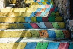 Escadaria colorida das escadas diferentes do arco-íris das cores imagens de stock royalty free