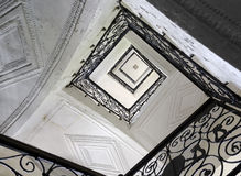 Escadaria com corrimão do ferro forjado Imagens de Stock Royalty Free