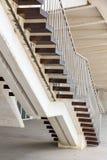 Escadaria com etapas de madeira Fotos de Stock