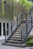 Escadaria com o corrimão metálico preto fotografia de stock royalty free