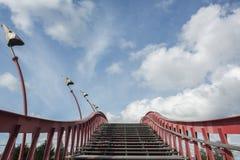 Escadaria com o corrimão vermelho no céu azul imagens de stock