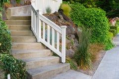 Escadaria concreta com trilhos Fotos de Stock Royalty Free