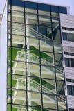 Escadaria contemporânea do metal dentro da construção moderna de vários andares fotografia de stock