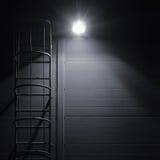 Escadaria da escada do escape do acesso do salvamento da emergência do fogo, lanterna brilhante foto de stock royalty free
