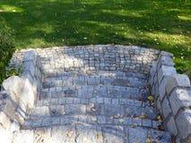 Escadaria da pedra da cinza ao jardim da casa imagem de stock royalty free