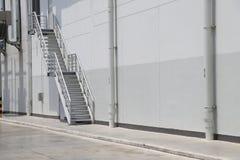 A escadaria de aço é ficada situada ao lado da construção imagem de stock